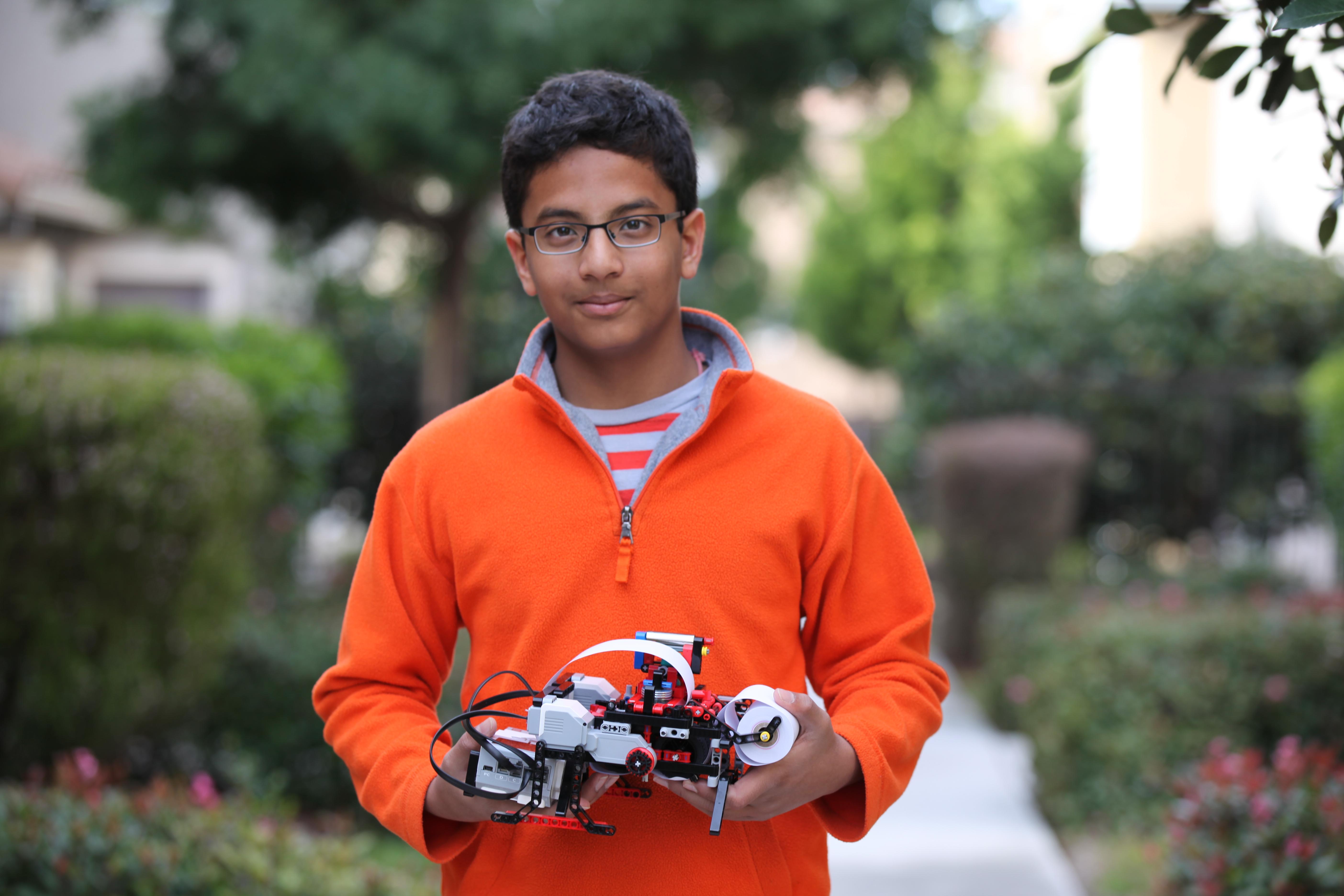 13-aastane poiss , kes ehitas Legodest Braille'i printeri, asutab firma